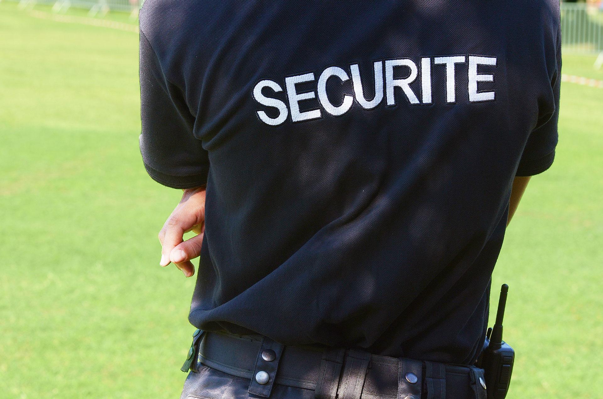 Agent de sécurité en surveillance